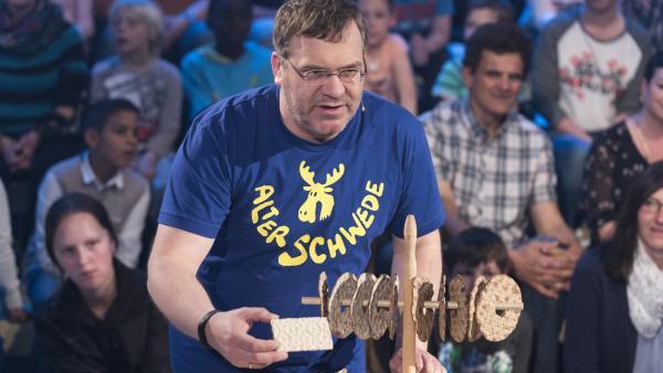 Aber nicht gleich wegfuttern. Elton nimmt schwedisches Knäckebrot genauer unter die Lupe. | Rechte: ZDF/Ralf Wilschewski