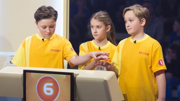 Die Kandidaten aus Gmunden/Österreich möchten in der Buzzer-Runde ihr Punktekontingent ausbauen. | Rechte: ZDF/Ralf Wilschewski
