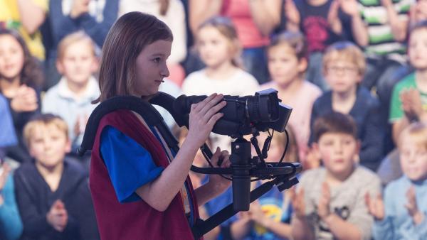 Kamerakind Lisa-Sophie aus Oppach/Deutschland ist immer auf der Suche nach dem besten Bild. | Rechte: ZDF/Ralf Wilschewski
