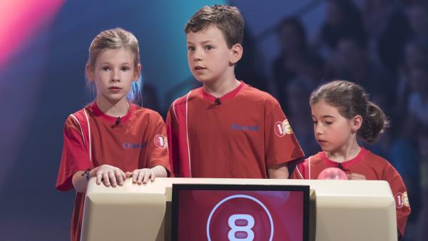Die Kandidaten aus Dublin/Irland passen bei der nächsten Frage besonders gut auf.   | Rechte: ZDF/Ralf Wilschewski