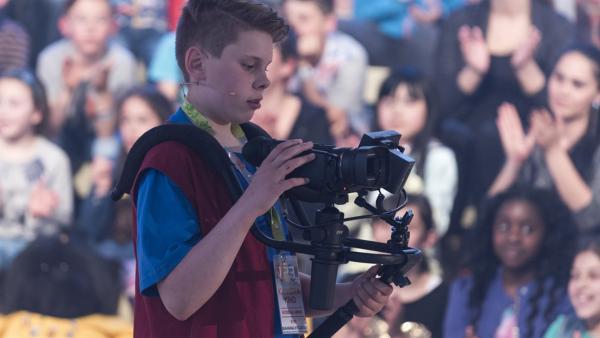 Kamerakind Elias aus Aalen/Deutschland hat die Kamera gut im Griff. | Rechte: ZDF/Ralf Wilschewski