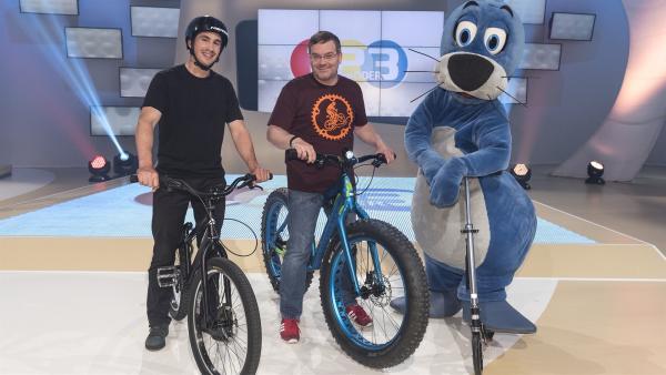 Heute ist ein fester Sitz im Sattel gefragt. Der Freestyle-Biker Dominik Raab (li.) zeigt mit Elton (Mi.) spektakuläre Drahtesel-Tricks.   | Rechte: ZDF/Ralf Wilschewski