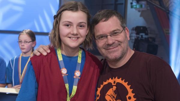 Kamerakind Pia aus Hildesheim mit Elton. | Rechte: ZDF/Ralf Wilschewski
