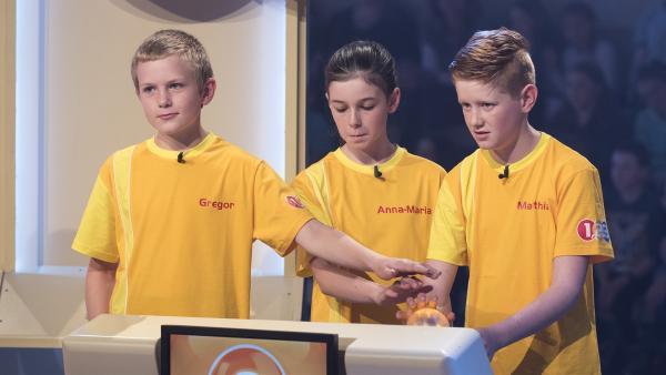 Die Kandidaten aus Gries/Österreich haben den Buzzer-Knopf in Reichweite, um schnell zuzudrücken. | Rechte: ZDF/Ralf Wilschewski
