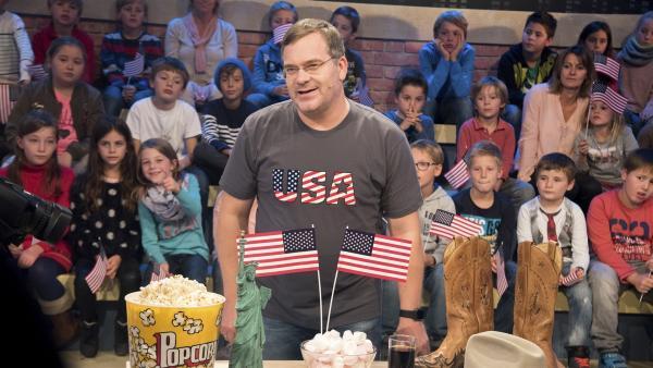 Elton ist voll im USA-Fieber. Nicht nur Cowboyhut und Popcorn – die USA hat jede Menge zu bieten. | Rechte: ZDF/Dorothee Falke