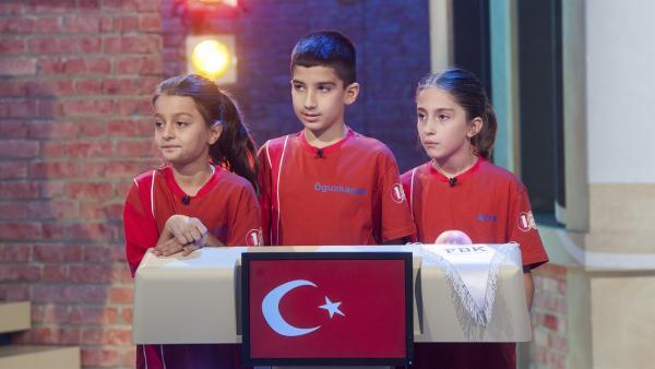 Die Kandidaten aus Istanbul/Türkei lauschen aufmerksam den Quizfragen. | Rechte: ZDF/Dorothee Falke