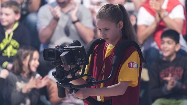 Kamerakind Patricia aus Regau/Österreich ist immer auf der Suche nach dem besten Bildausschnitt. | Rechte: ZDF/Ralf Wilschewski