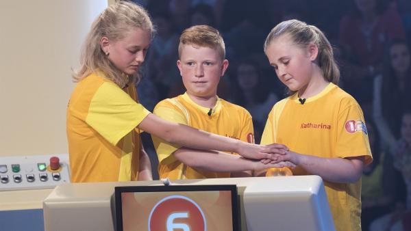 Die Kandidaten aus Aspach/Österreich warten gespannt auf die nächste Frage von Elton. | Rechte: ZDF/Ralf Wilschewski