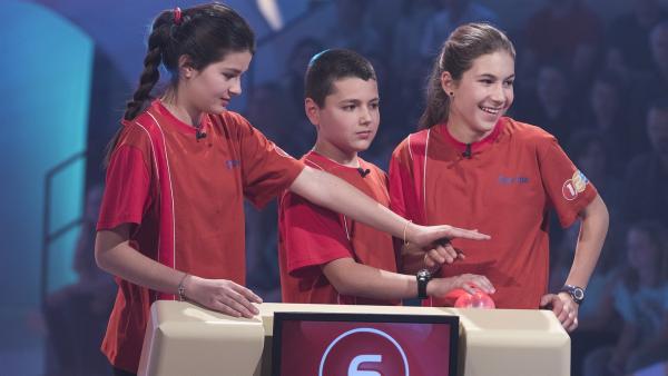 Die Kandidaten aus Sofia/Bulgarien buzzern sich von Punkt zu Punkt. | Rechte: ZDF/Ralf Wilschewski