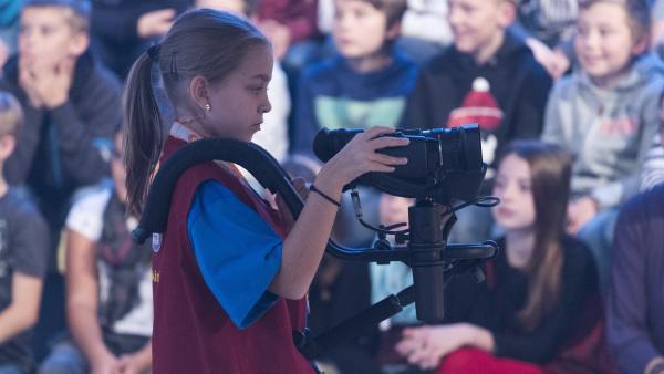 Kamerakind Jasmin aus Bruchsal/Deutschland bedient die Kamera wie ein Profi! | Rechte: ZDF/Ralf Wilschewski