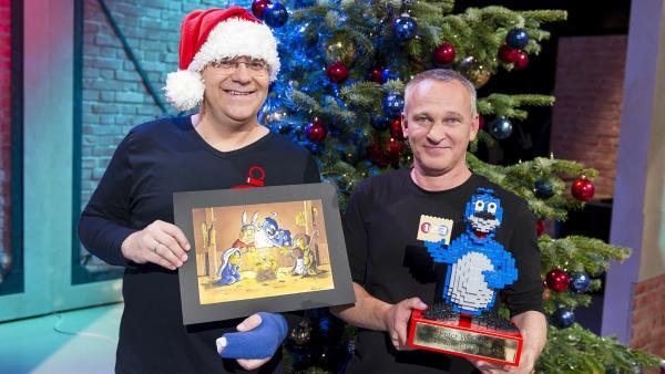 Der Grafiker Peter Widmann (rechts) wird mit seiner 10.000 Grafik für 1, 2 oder 3 gefeiert! (links Elton). | Rechte: ZDF/Ralf Wilschewski