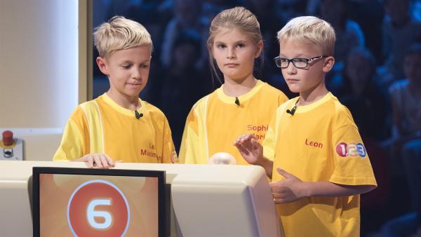 Die Kandidaten aus Pucking/Österreich warten auf die nächste Quizfrage. | Rechte: ZDF/Ralf Wilschewski