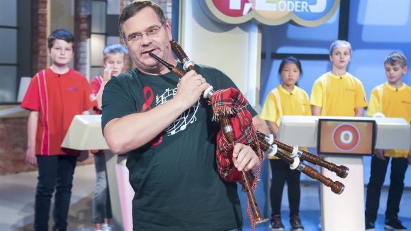 Ob Elton aus dem Dudelsack etwas rausbekommt? Soll ja gar nicht mal so einfach sein, das schottische Instrument zu bedienen. | Rechte: ZDF/Dorothee Falke