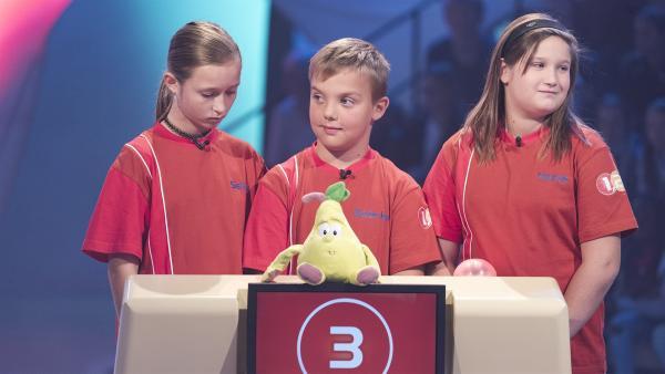 Die Kandidaten aus Beltinci/Slowenien warten gespannt auf die nächste Quizfrage.  | Rechte: ZDF/Ralf Wilschewski