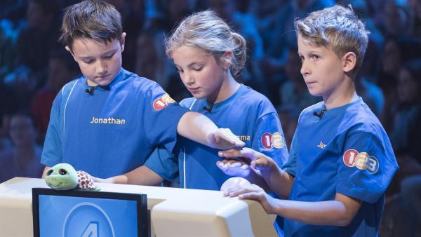Die Kandidaten aus Gießen/Deutschland wollen sich gemeinsam zum Tagessieg buzzern. | Rechte: ZDF/Ralf Wilschewski