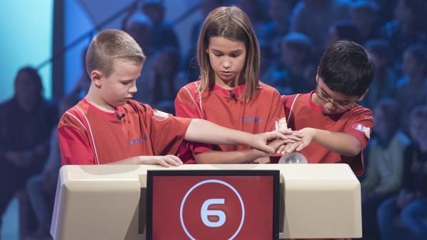 Die Kandidaten aus Genf/Schweiz haben den Buzzer-Knopf im Blick. | Rechte: ZDF/Ralf Wilschewski