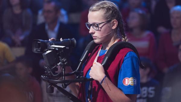 Kamerakind Leonie aus Luhe-Wildenau/Deutschland filmt das Geschehen im Studio.     | Rechte: ZDF/Ralf Wilschewski