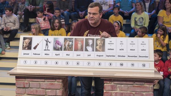 Was es mit diesem altrömischen Kalender auf sich hat? Elton will es von seinen Kandidaten wissen. | Rechte: ZDF/Ralf Wilschewski