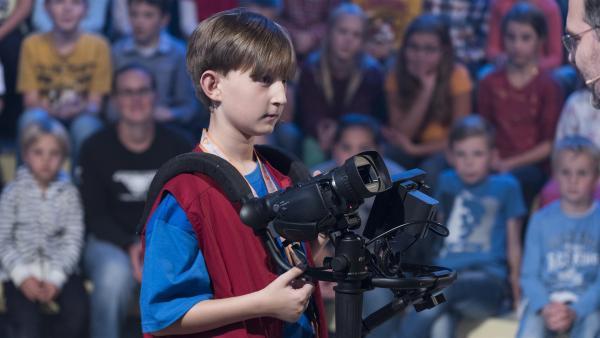 Kamerakind Raphael aus München/Deutschland hat seine Kamera gut im Griff. | Rechte: ZDF/Ralf Wilschewski