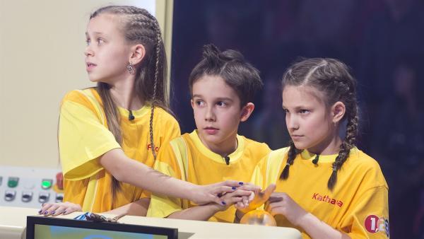 In der Buzzer-Runde muss es schnell gehen: Die Kandidaten aus Sillian/Österreich warten auf die nächste Frage. | Rechte: ZDF/Ralf Wilschewski