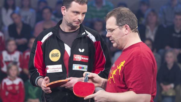 Elton möchte wissen, wie man so einen Tischtennisschläger eigentlich korrekt hält. | Rechte: ZDF/Ralf Wilschewski