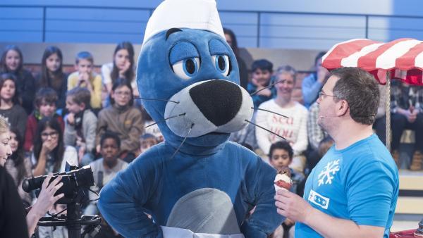 Speiseeis darf in der heutigen Ausgabe von 1, 2 oder 3 natürlich nicht fehlen. Eisverkäufer Piet Flosse hat Elton leckeres Eis mitgebracht. | Rechte: ZDF/Ralf Wilschewski