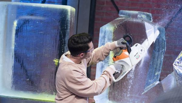 Eiskünstler Philipp Tremml zeigt, wie per Säge aus einem groben Eisklotz eine filigrane Skulptur entsteht. | Rechte: ZDF/Ralf Wilschewski