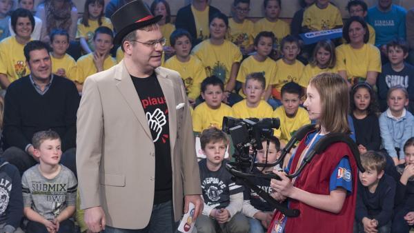 Elton und Kamerakind Lisa-Sophie aus Oppach/Deutschland verständigen sich kurz über den Ablauf der Sendung. | Rechte: ZDF/Ralf Wilschewski