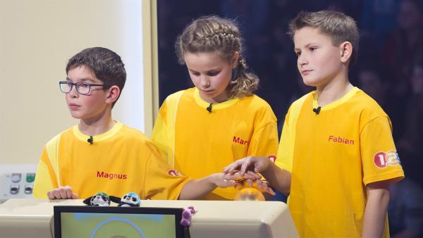 Das Team aus Abfaltersbach/Österreich setzt auf Teamwork in der Buzzer-Runde. | Rechte: ZDF/Ralf Wilschewski