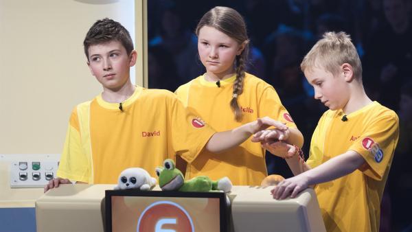 Die Kandidaten aus Wörgl/Österreich wollen in der Buzzer-Runde viele Punkte sammeln. | Rechte: ZDF/Ralf Wilschewski