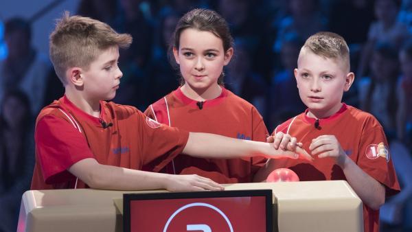 Die Kandidaten aus Bratislava/Slowakei wollen in der Buzzer-Runde möglichst viele Punkte sammeln. | Rechte: ZDF/Ralf Wilschewski
