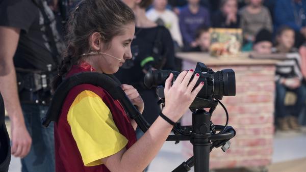 Kamerakind Lorena aus Lochau/Österreich hat die Kamera gut im Griff. | Rechte: ZDF/Ralf Wilschewski