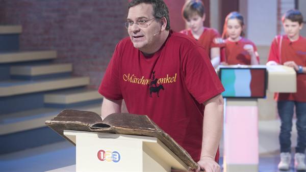 Elton liest heute aus dem Märchenbuch vor. | Rechte: ZDF/Ralf Wilschewski