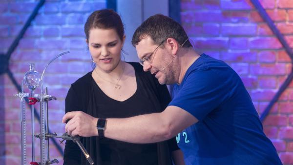 Brennt da nicht was? Elton und Chemikerin Rebecca Grünbauer experimentieren mit einem Holzstäbchen. | Rechte: ZDF/Ralf Wilschewski