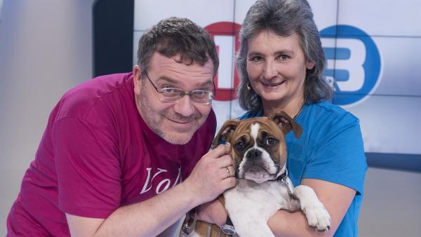 Heute gibt es was zu knuddeln: Elton und Hundetrainerin Rosa Huber mit einem süßen Hundewelpen. | Rechte: ZDF/Ralf Wilschewski