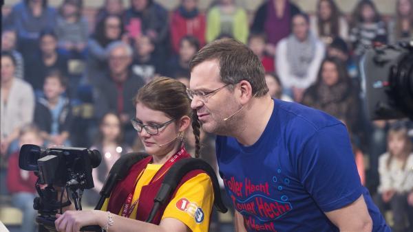 Kamerakind Jana aus Lochau/Österreich zeigt Elton, was sie gerade aufzeichnet.   Rechte: ZDF/Ralf Wilschewski