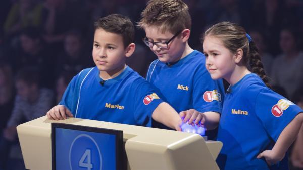 Die Kandidaten aus Hamm/Deutschland setzen auf mehrere Hände in der Buzzer-Runde. | Rechte: ZDF/Ralf Wilschewski