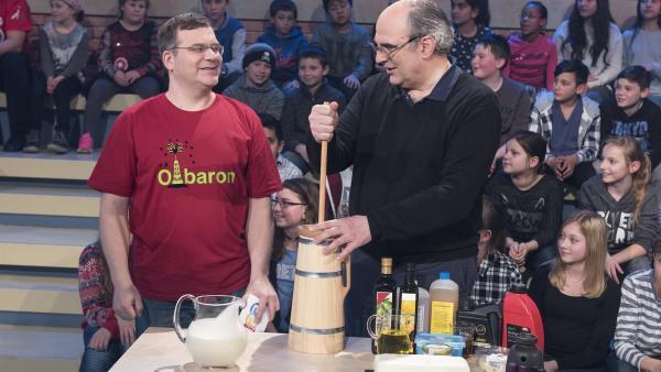 Elton hat heute noch einen weiteren Gast: Schauspieler und Sprecher William Cohn unterstützt Elton tatkräftig am Butterfass. | Rechte: ZDF/Ralf Wilschewski
