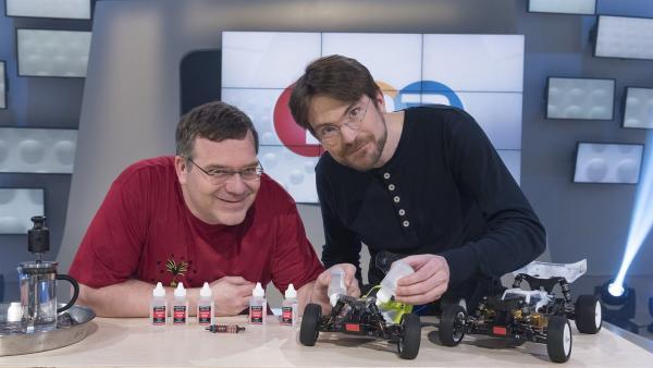Elton und Ingenieur Martin Buchholz zeigen heute unter anderem die Funktionen von Silikon-Ölen bei ferngesteuerten Autos. | Rechte: ZDF/Ralf Wilschewski