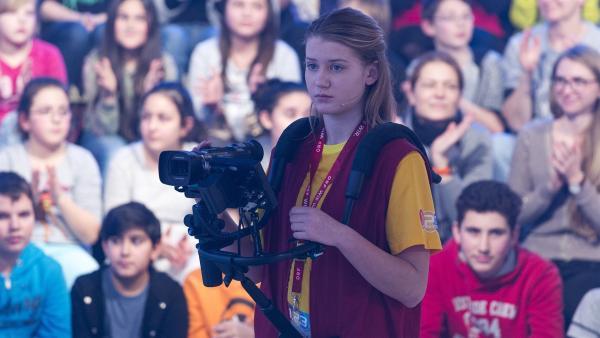 Kamerakind Anna aus St. Peter am Hart/Österreich führt die Kamera gekonnt durch die Sendung. | Rechte: ZDF/Ralf Wilschewski