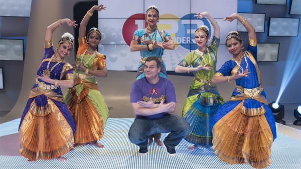 Was ist groß, spannend und farbenfroh? Na Indien! Elton lernt heute Besonderheiten des Landes kennen und freut sich auf Chandra Devi und ihre Tanzgruppe. | Rechte: ZDF / Ralf Wilschewski