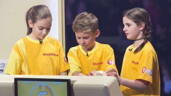 Das Kandidatenteam aus Salzburg/Österreich quizzt sich durch die Buzzer-Runde. | Rechte: ZDF/Ralf Wilschewski