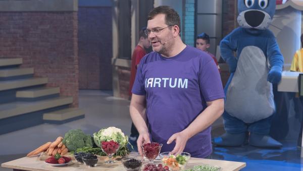 Elton und die Frage, warum Tiefkühlobst und -gemüse oft gesünder ist als frische Nahrungsmittel. | Rechte: ZDF/Ralf Wilschewski