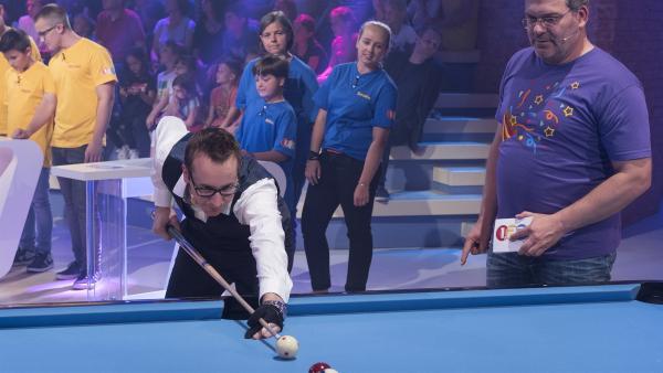 Billardspieler Florian Kohler ist ein Meister der Trick Shots. Seine unglaublichen Tricks scheinen die Gesetze der Physik aufzuheben und verblüffen nicht nur Elton. | Rechte: ZDF/Ralf Wilschewski