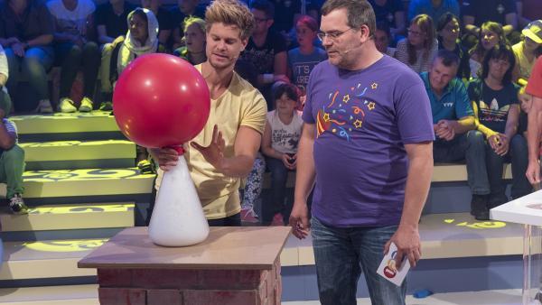 YouTube-Physiker und ZDF-Wissenschaftsmoderator Philip Häusser hat eine raffinierte Technik, um einen Luftballon aufzublasen. | Rechte: ZDF/Ralf Wilschewski