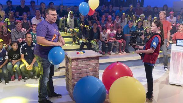 Kamerakind Verena aus Nellingen/Deutschland und Elton kriegen es mit großen Luftballons zu tun. | Rechte: ZDF/Ralf Wilschewski