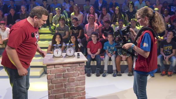Kamerakind Luise aus Berlin/Deutschland führt die Kamera gekonnt durch die Jubiläumssendung von 1, 2 oder 3.   Rechte: ZDF/Ralf Wilschewski
