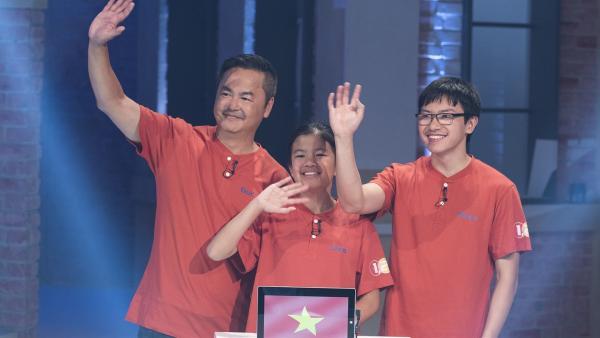 Das  internationale Team, Familie Bui, kommt aus Kempen, vertritt heute Vietnam und besteht aus Tochter Lara, Cousin Thien und Vater Doc.   Rechte: ZDF/Ralf Wilschewski