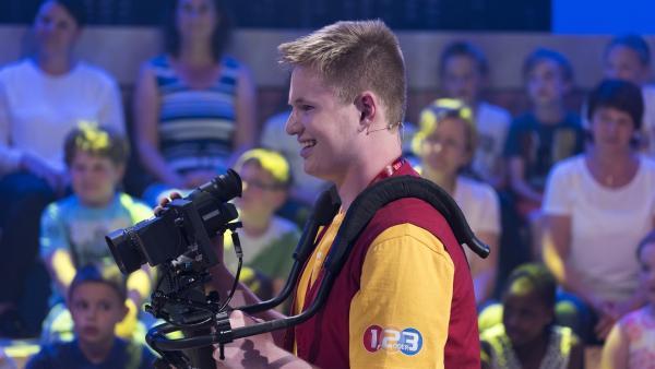 Kamerakind Raphael aus Wien/Österreich hat sichtlich Spaß an der Kameraarbeit. | Rechte: ZDF/Ralf Wilschewski