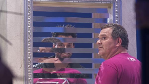Mit diesem Spiegel scheint irgendetwas nicht zu stimmen. Elton und die Ehrlich Brothers verblüffen heute mit allerlei optischen Täuschungen und Magie. | Rechte: ZDF/Ralf Wilschewski